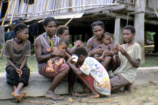 In the bosom of one's family - near the Korewori river - East Sepik Province - PNG 2007