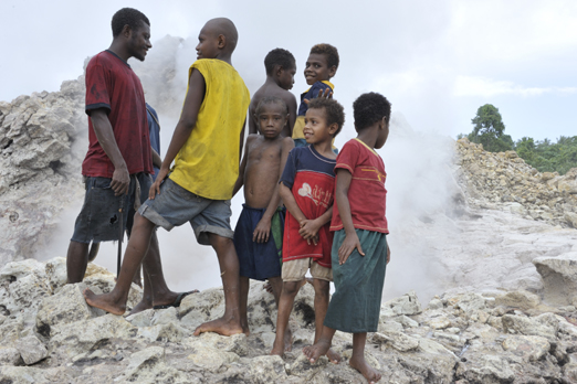 Young habitants from Pangalu at the steam geyser - Kimbe Bay - New Britain - PNG 2009