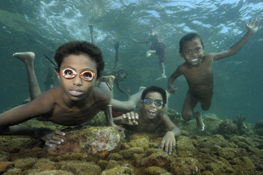 Nosy children - Pura - Alor-Archipelago - Indonesia 2010